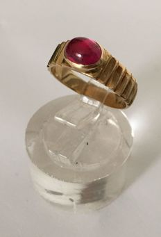 18 kt/750 yellow gold ring with cabochon cut ruby, transparent red colour. Ring weight 3.36 g. Interior ring diameter: 17 mm. 'Staring from €1, no reserve'