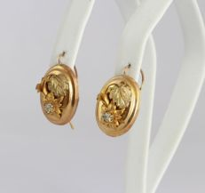 Yellow gold Victorian earrings with a floral pattern