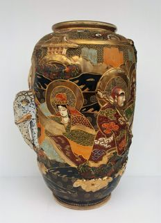 Antique Satsuma vase with figurines and elephant in relief of 31 cm - Japan - ca. 1930