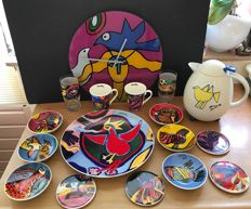 Corneille ( 1922-2010 ) - Large serving-plate, 6 bowls, 4 coasters, 2 mugs, 1 wall-clock, 2 glasses and 1 thermos - Rare