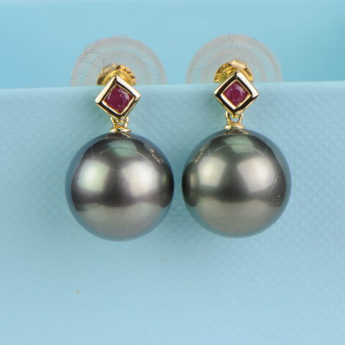 14 KT yellow gold earrings with silvery grey Tahitian pearls and rubies Ø 11.6 mm