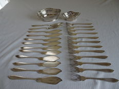 24 items: silver plated fish cutlery and 2 silver plated chocolate baskets - fish cutlery Gero