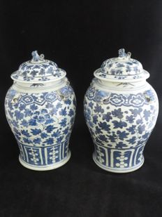 Set of antique blue-white porcelain lidded vases - China - late 19th century