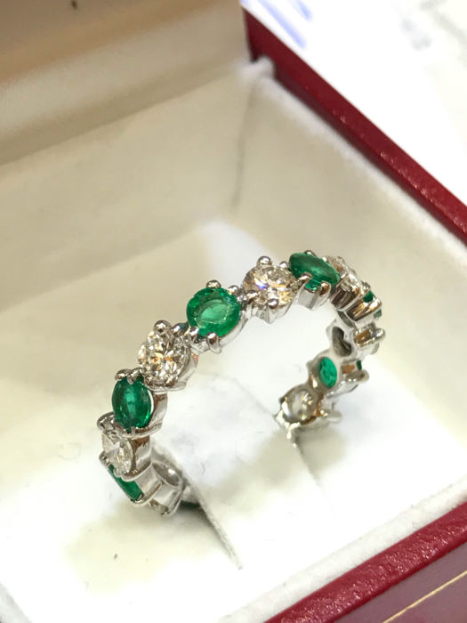 Band in 18kt white gold, diamonds, and emeralds. Weight: 2.58 g.