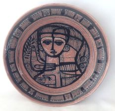 De Porceleyne Fles - Earthenware wall plate with a decor of a man and woman with a bird