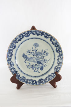 Porcelain plate, rabbit on plate - China - 18th century