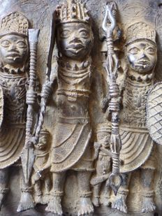 Large plaque of an OBA king with his followers in bronze - BENIN, Nigeria, region of Benin City