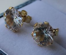 14 kt gold earrings inlaid with zirconia – Length: 1 x 1 cm.
