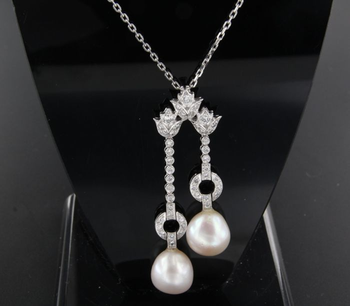 White gold anchor necklace of 18 kt with Art Deco style, 14 kt, white gold pendant with brilliant cut diamond and cultured freshwater pearls, 0.54 ct, Top Wesselton / VS – necklace: 45 cm *** No reserve price ***