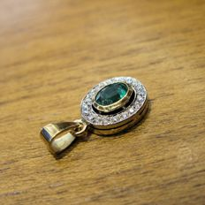 Pendant in 18 kt yellow and white gold, emerald and brilliant cut diamonds totalling 0.38 ct, H/VS2 Size: 22.90 mm x 11.90 mm - ***No Reserve Price***