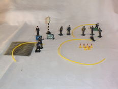 Dinky Toys - Scale 1/48 - Fire Station Personnel Set of 6 complete with hose (2) No. 008 and Four Faced Traffic Signal No. 47a