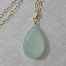 585 - 14 kt gold necklace with a large, aqua-coloured, sky blue chalcedony, necklace length 45 cm and pendant length 3.5 cm - No reserve