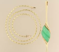 14 kt gold pendant set with jadeite, on a gold necklace, with 10 brilliant cut diamonds, 0.25 ct.