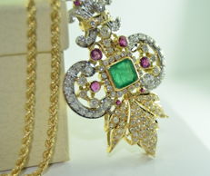 Imposing gold pendant set with 5 ct of diamonds – An emerald of 4.50 ct and a ruby of 0.65 ct – Pendant dimensions: 7.2 cm x 3.8 cm
