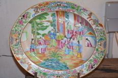 Very fine quality deep large oval canton plate with court scene - China - late 19th century