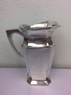 Silver plated water jug with rim to stop the ice cubes, Late 20th century