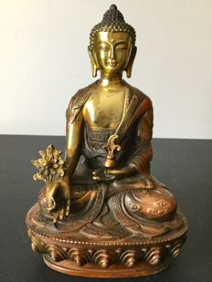 Representation of medecine Buddha in patinated, gilded, copper - Nepal - End of 20th century.
