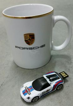 Porsche 918 Spyder model 8 GB USB key set and mug