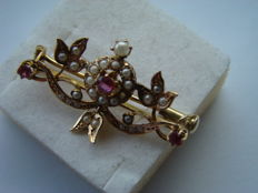 Gold garland brooch with ruby and pearl, around 1870