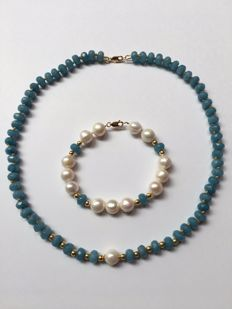 Necklace (47 cm) and bracelet (18.5cm) with aquamarine, cultivated freshwater pearls, 14 kt gold round beads and clasp.
