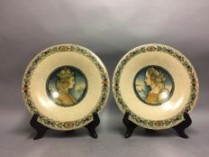 Antonio Margaritelli - Two Majolica plates with a depiction of a noble man and woman - 31.5 cm