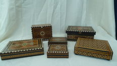 Lot of 4 boxes, a chess board and a cigarette case with bone inlay and bamboo inlays.