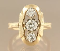 14 kt bi-colour gold ring set with 3 brilliant cut diamonds, approximately 0.85 carat in total, ring size 15.5 (48)