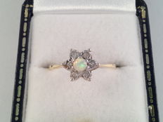 Yellow gold ring with opal and diamond