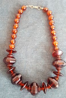 Amber necklace with large and small amber beads in cognac/honey colour – first half 20th century – Europe – 61 g