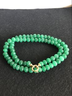 Emerald necklace with 18 kt gold clasp Length: 58 cm.