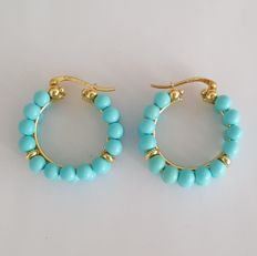 18 kt – Double hoop earrings in yellow gold with turquoises – Diameter: 25 mm.