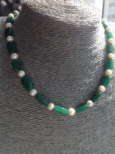 Necklace of facet-cut emerald and freshwater baroque pearl, 25 grams, 49 cm with white gold 18 kt Clasp.