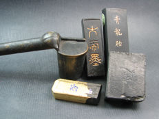 A Yatate / calligraphy brush and ink holder and 4 ink sticks  - Japan - late 20th century.