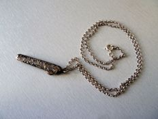 Rare pendant in solid silver with its chain, needs to be remeshed or hems needs to be redone; probably belonged to a courtier