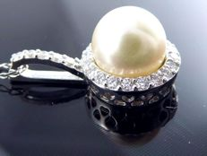 Akoya pearl pendant, 7.55 mm, with 25 brilliant cut diamonds, 0.25 ct in total