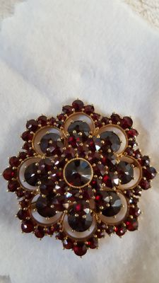 Brooch from the 1950s with almandine garnets (pyrope) – dimensions: 7.5 x 7.8 cm