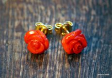 14 kt gold earrings with cut coral