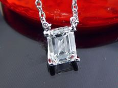 White gold pendant with an exclusive, 0.51 ct IGI certified diamond