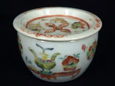 A  Famille rose pot with cover - China - 19e eeuw