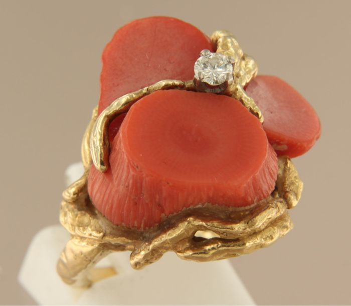 Designer ring, Julia Plana - 18 kt yellow gold ring, set with coral and 0.15 ct brilliant-cut diamond, ring size 17.5 (55)