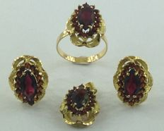 Set of ring, earrings and pendant in 18 kt/750 yellow gold – Garnets, 5.00 ct – Measurements: ring, 18.10 mm – Earrings and pendant, 18.90 mm x 14.40 mm # NO RESERVE #