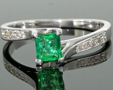 14kt white gold ring set with diamonds and a natural  Columbian emerald  *** No reserveprijs ***