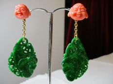 18 kt gold earrings with coral and jade. Length: 3.1 cm