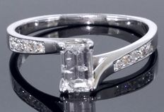 Ring in 14k white gold set with an Emerald cut diamond & sidestones total 0.53 ct *** No reserveprijs ***