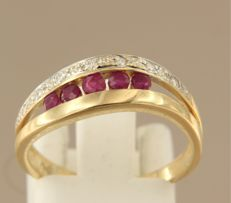 18 kt bi-colour gold ring set with brilliant cut ruby and diamond, approx. 0.10 carat in total, ring size 17.25 (54)