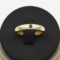 18 kt yellow gold solitaire – round cut 0.10 ct sapphire – Ring size 18.