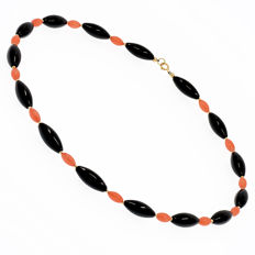 18 kt/750 yellow gold – Necklace of onyx and coral – Length 49 cm.