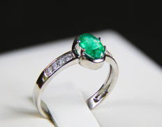 Gold ring with natural emerald and diamonds. Ring size: 17.4 mm. (7 US) - Size: 7.1 x 5.1 x 3.5 mm. - ***No reserve***.