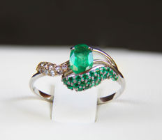 14k gold ring with emerald and diamonds ct 0,044 - size: 18.4 mm. (8 US)