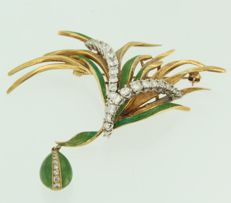 18 kt bicolour gold brooch decorated with green enamel set with 40 diamonds of in total ca. 1.10 ct